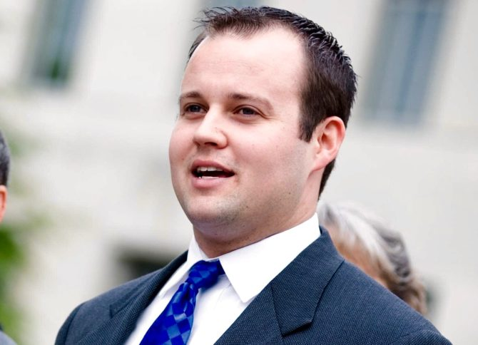 Josh Duggar talking before a crowd.