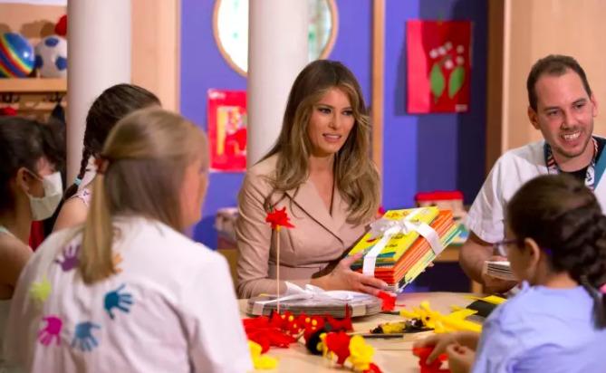 Melania Trump gives books to school children