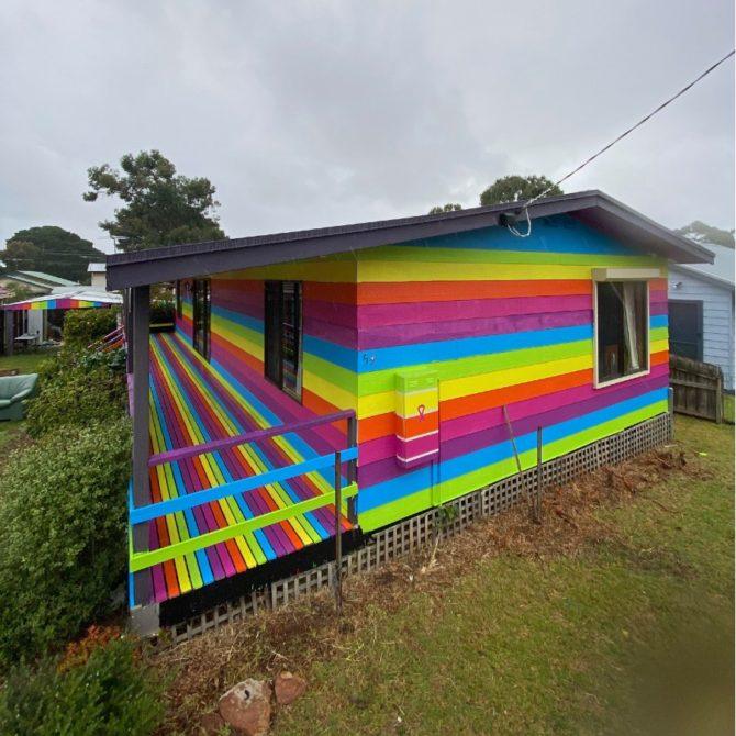 Casa arco-íris: melhor resposta aos homofóbicos. (Foto: Reprodução / Facebook)